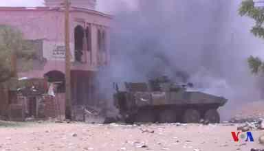 Płonący francuski samochód pancerny w Mali. Fot. domena publiczna
